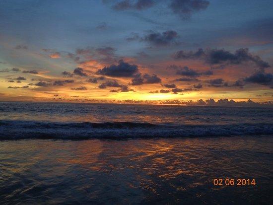 Phuket Orchid Resort & Spa: закат на Кароне