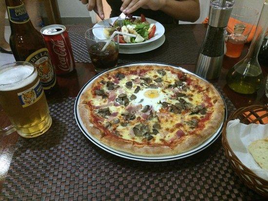 Luna d'Autunno: Pizza Brekka y ensalada de pollo