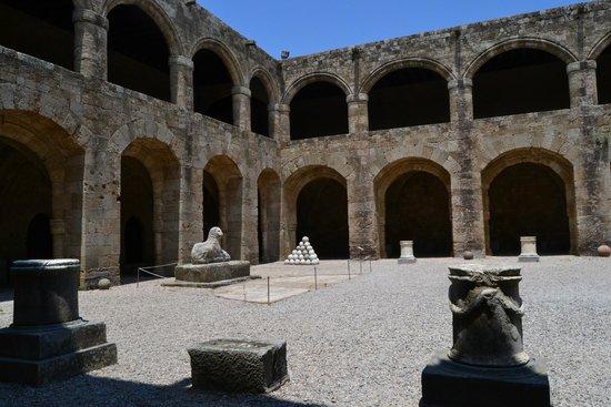 Archaeological Museum of Rhodes (Hospital of the Knights): Внутренний двор