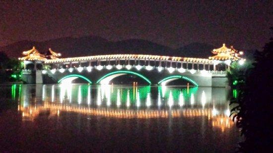 Gloria Resort Xiao Nanhu Xuzhou: Bridge at night