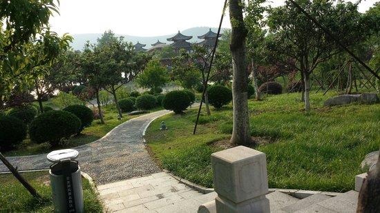 Gloria Resort Xiao Nanhu Xuzhou: Looking out walking around.