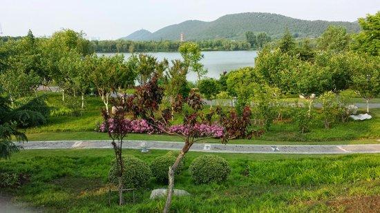Gloria Resort Xiao Nanhu Xuzhou: Walking around property.