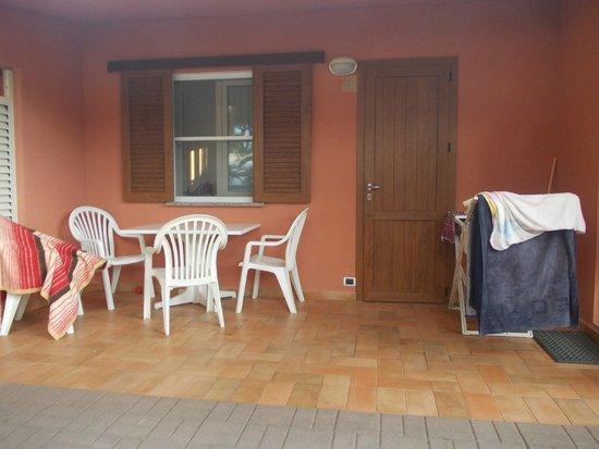 Argentario Camping Village: Bungalow monolocale, terrazzino
