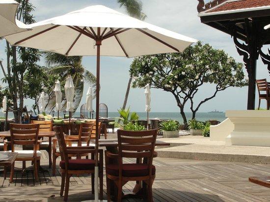Centara Grand Beach Resort & Villas Hua Hin: Blick von der Palm Terrace - hier gibts lecker Burger