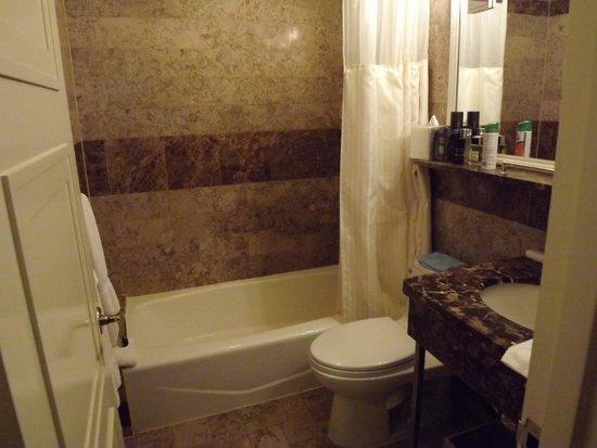 Warwick New York Hotel: Bathroom.
