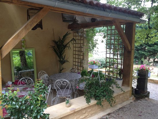 Les Trois Jardins: Breakfast area on the patio