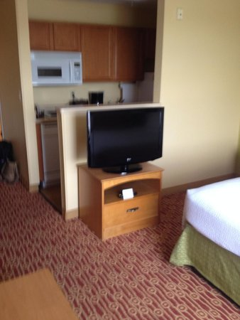 TownePlace Suites Albuquerque Airport: TV and kitchen