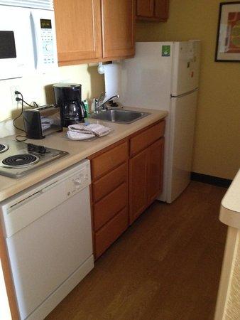 TownePlace Suites Albuquerque Airport: Compact kitchen