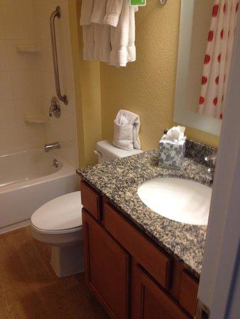 TownePlace Suites Albuquerque Airport: Bathroom