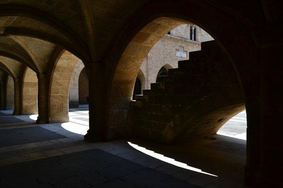 Palace of the Grand Master of the Knights of Rhodes: Арки, окружающие внутренний двор