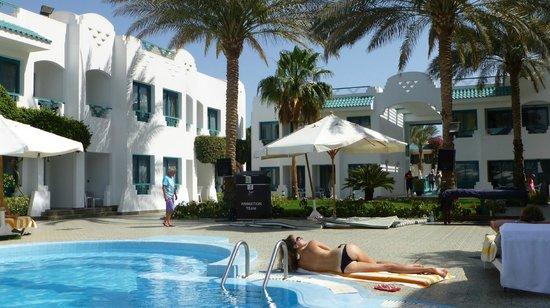 Falcon Hills Hotel: Pool area