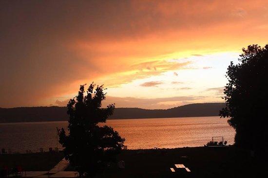 Beach Inn Motel on Munising Bay : Sunset over the bay
