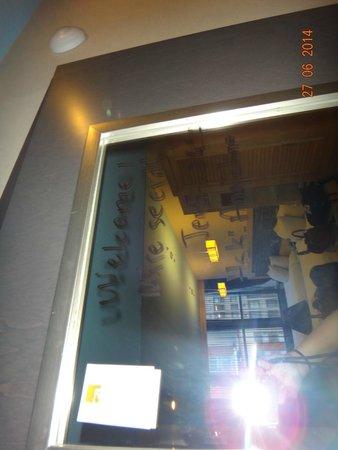 TRYP by Wyndham Times Square South: Espelho na porta do banheiro com recadinho