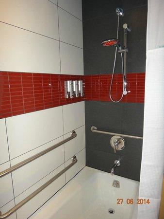 TRYP by Wyndham Times Square South: Banheiro com dispenser de sabonete, shampoo e condicionador.