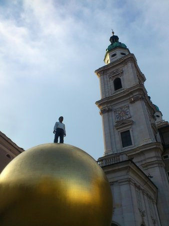 Hofkirche: the golden boy