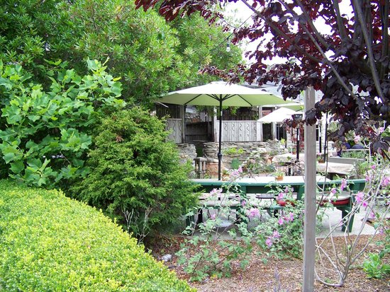Cambria Pines Lodge : Outdoor dining with fireplace