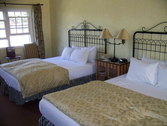 Cambria Pines Lodge : 2 queen beds