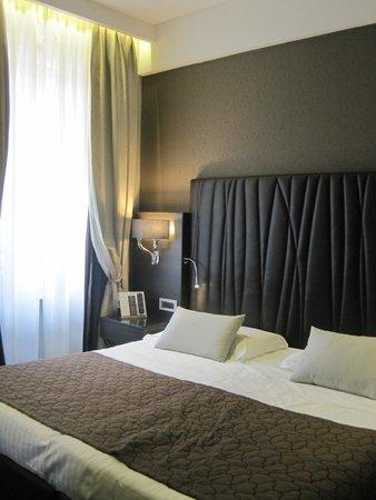 Hotel Artemide: Spacious bedroom with modern decor
