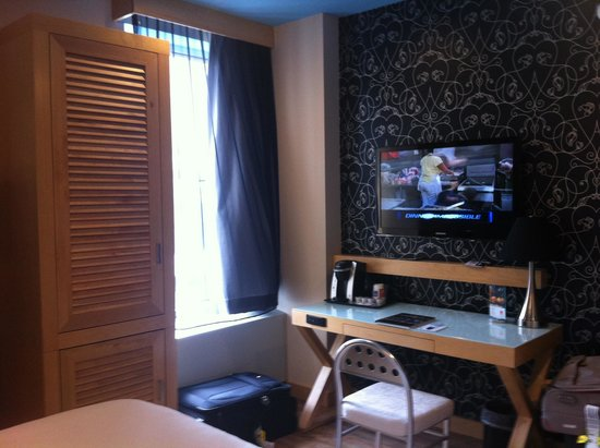 TRYP by Wyndham Times Square South : Wardrobe & Tv & Work desk