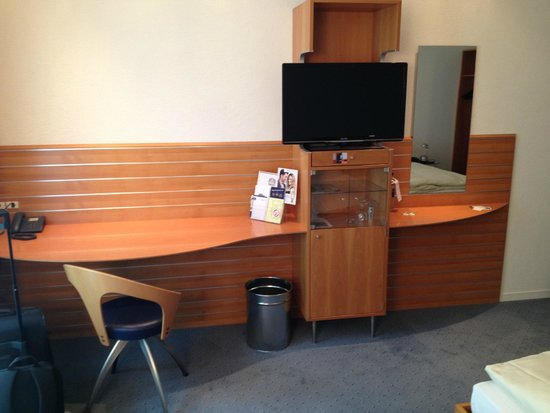 BEST WESTERN Hotel Bristol: Good desk space