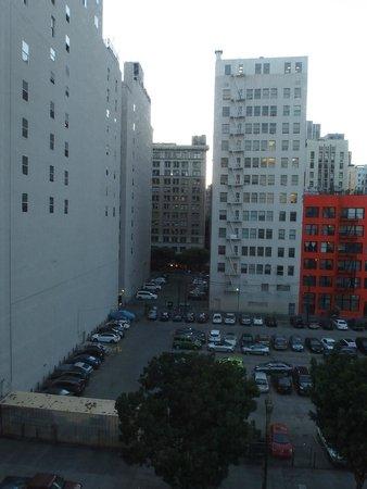 Stay on Main Hotel and Hostel: Окна выходят на Мейн стрит