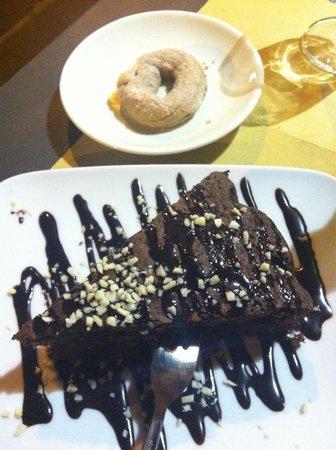最好老板推荐他家巧克力蛋糕,量大,两个人吃都可以