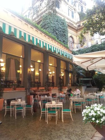 Quirinale Hotel : Peaceful garden dining area for breakfast buffet
