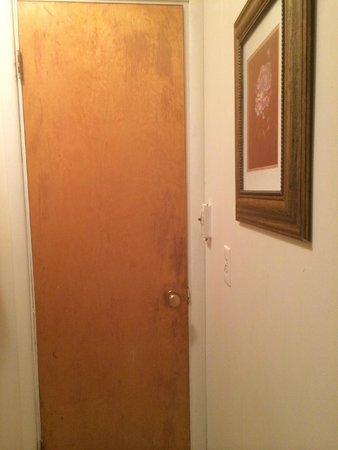 Whistling Winds Motel : Old bathroom door, doesn't lock.