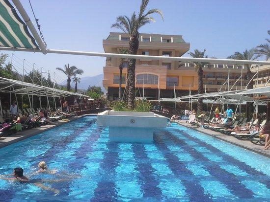 Crystal De Luxe Resort & Spa : Poolen