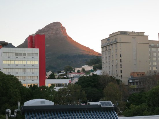 Cape Heritage Hotel: Lions head Mtn from top of the hotel.