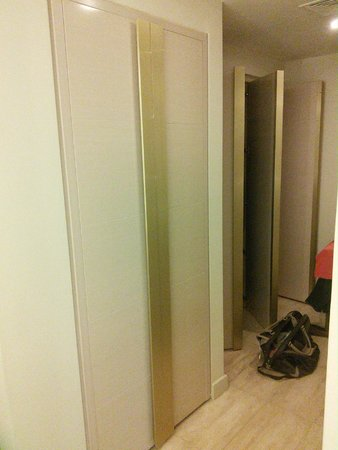 Waldorf Astoria Panama : What is behind these doors in the dressing area? More wardrobe space?