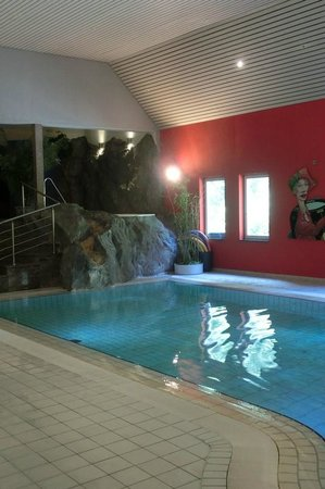 Hotel International : Pool mit Wasserfall und Whirlpool
