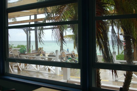 Banana Bay: rainy day view from our inside table