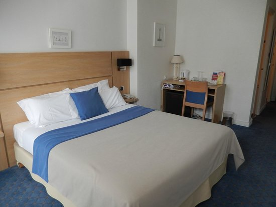 Hotel Saint Jean d'Acre : bed and desk
