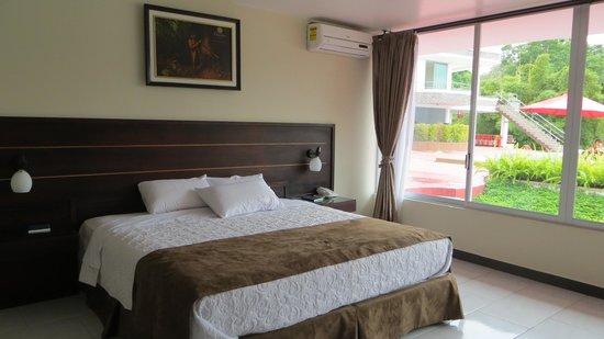Hotel Christian Resort: Habitación con mobiliario austero