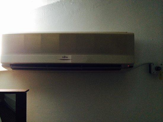 Musti's Royal Plaza: Air con - need a key from reception after paying a fee