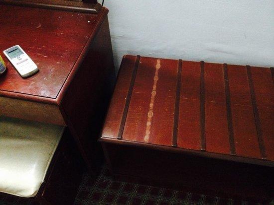 Musti's Royal Plaza: Broken furniture