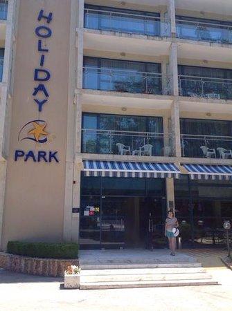 Holiday Park Hotel : центральный вход