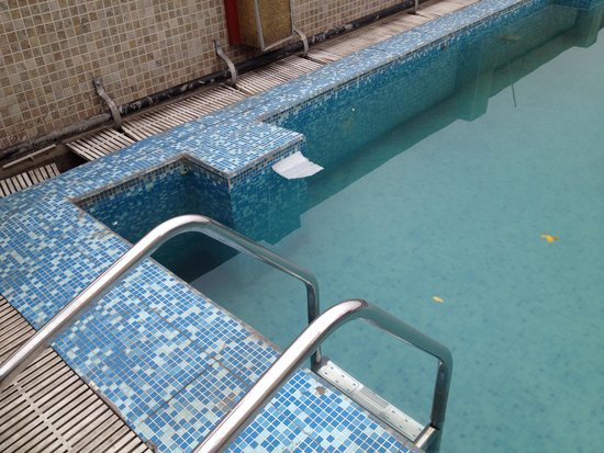 HK Clarks Inn: Ugly and dirty Swimming Pool