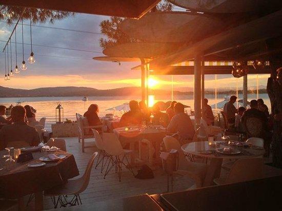 Ekies All Senses Resort: Ηλιοβασίλεμα στο εστιατόριο! Μούρλια φαγητό, μούρλια θέα!!!