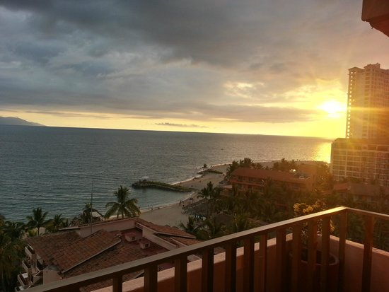 Friendly Vallarta Resort: atardecer en el cuarto