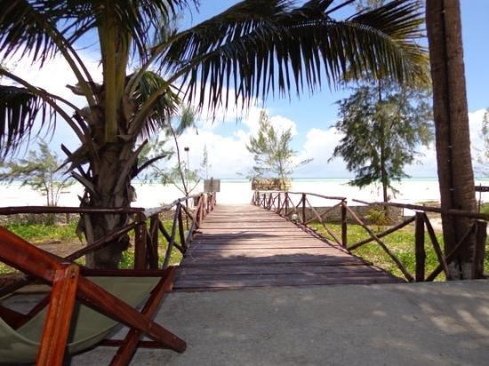 Ocean Restaurant: The beach view.......