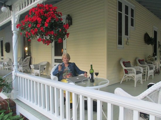 Lamplight Inn Bed and Breakfast: Big porch to relax and enjoy a glass of wine