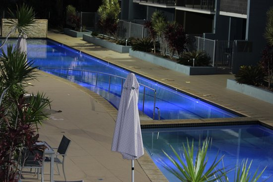 Ramada Hervey Bay: The pool at night