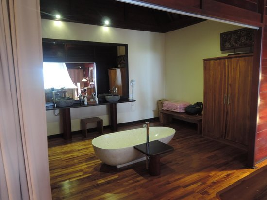 Kupu Kupu Phangan Beach Villas and Spa by l'Occitane : bathroom area