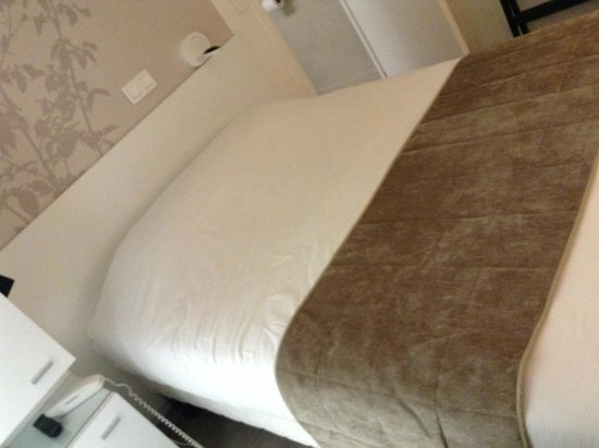 Hotel Brady Gare de L'Est : ベッド。寝心地は私は満足ですが、堅いと感じる人も居るかもしれません。