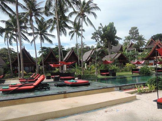 Kupu Kupu Phangan Beach Villas and Spa by l'Occitane : pool with lounge chairs in the water