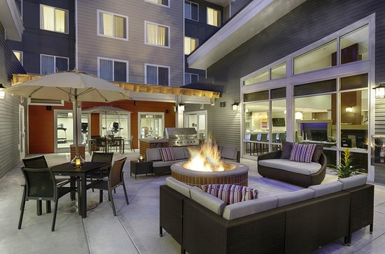 Residence Inn Pullman : Outdoor patio with grill and fire pit
