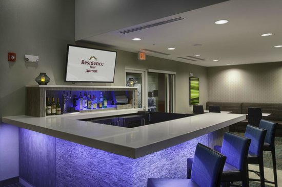 Residence Inn Pullman : Enjoy a drink and bite to eat at the Tailgate Lobby Bar