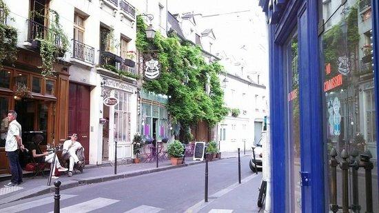 Ile de la Cite: backstreet around Notre Dame